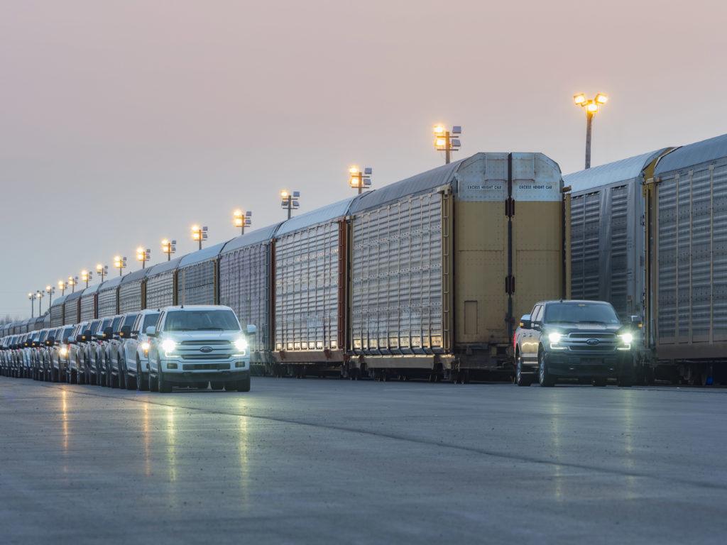 video batterie elektrischer ford f 150 zieht 10 eisenbahn waggons mit einem gesamtgewicht von 450 tonnen - Video: Batterie-elektrischer Ford F-150 zieht 10 Eisenbahn-Waggons mit einem Gesamtgewicht von 450 Tonnen